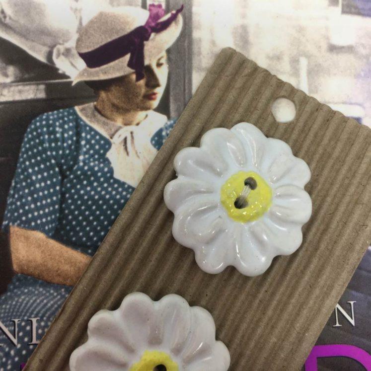 Ceramic Buttons Big White Daisies L101